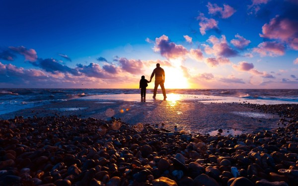 wallpaper-father-and-son-at-beach-e1478225264906